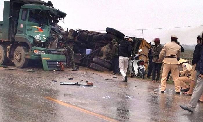 Xe 'hổ vồ' tông lật xe tải bên quốc lộ, 2 người nguy kịch - ảnh 1