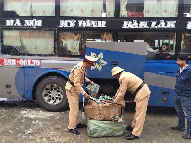 Bắt giữ xe khách chở hơn 12.600 gói dầu gội Clear giả - ảnh 1