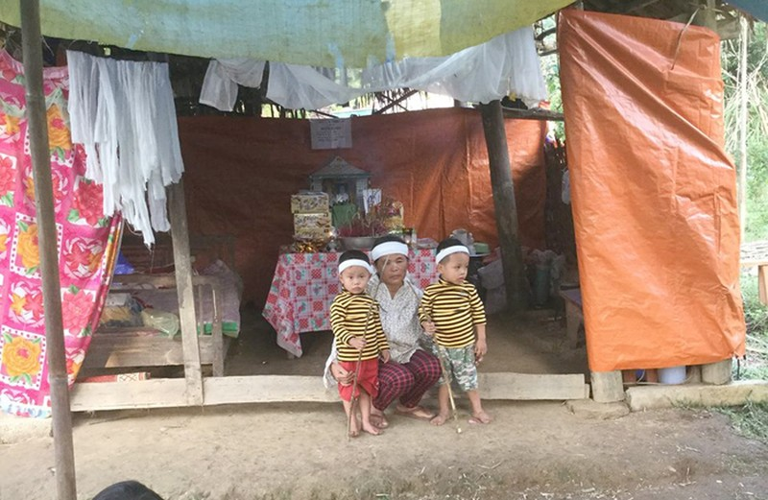 Xúc động bức ảnh hai bé ba tuổi tiễn mẹ về nơi chín suối - ảnh 2