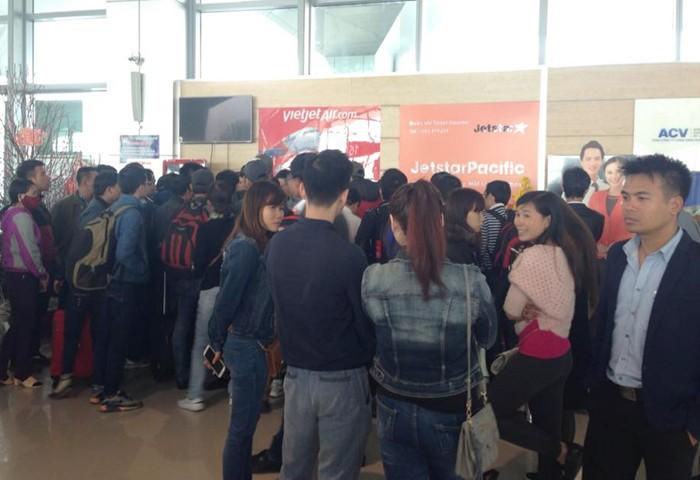 Hàng trăm hành khách đi TP.HCM bức xúc vì hoãn bay hơn 24 giờ - ảnh 2