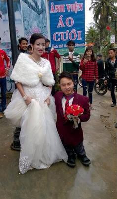 Xúc động đám cưới cổ tích cô dâu xinh đẹp với chú rể 'chú lùn' - ảnh 1