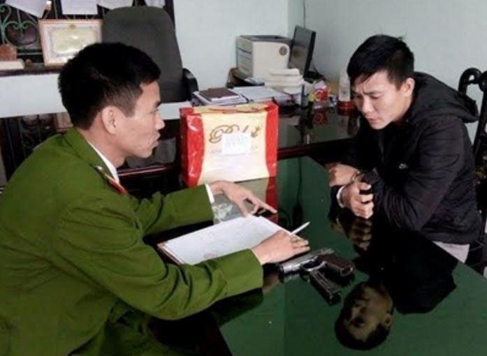 Bắt kẻ buôn ma túy Lào-Việt mang theo súng K59 đã lên đạn - ảnh 1