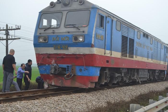 Tàu lửa đâm xe hơi 'bay' xuống ruộng, 4 người thoát chết - ảnh 2