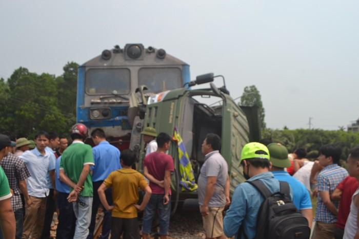 Xe tải bị tàu hỏa đâm mắc kẹt giữa cầu Lồi - ảnh 2