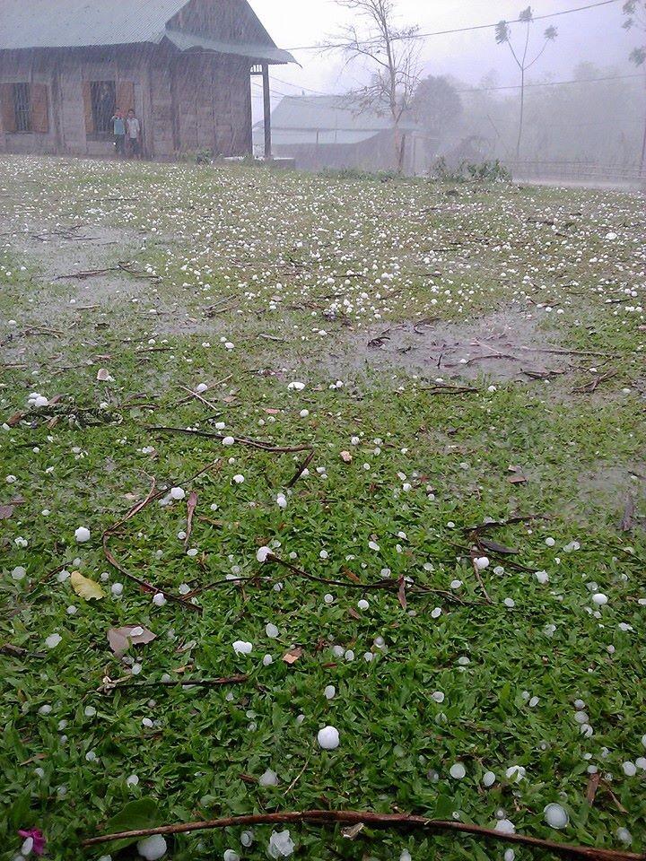 Trời đang nắng bỗng xuất hiện mưa đá, lốc xoáy  - ảnh 2