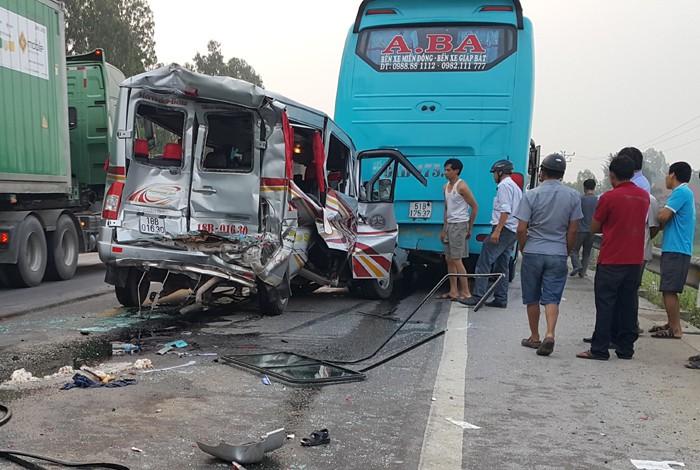 Xe du lịch đâm đuôi xe khách, 11 người nhập viện - ảnh 1