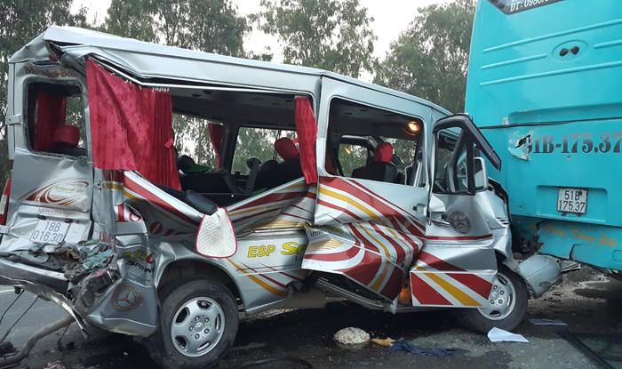 Xe du lịch đâm đuôi xe khách, 11 người nhập viện - ảnh 2