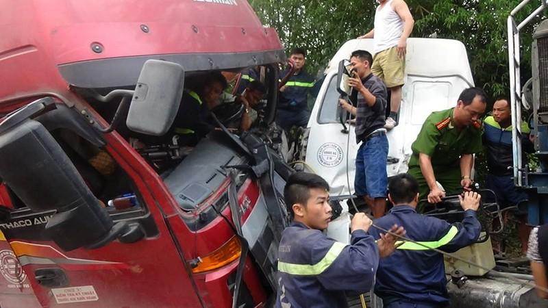 Cảnh sát chữa cháy giải cứu tài xế mắc kẹt trong cabin  - ảnh 1
