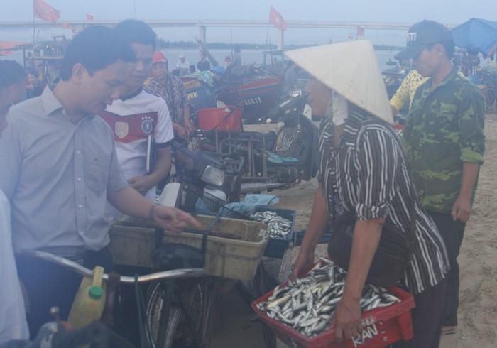 Chủ tịch tỉnh Hà Tĩnh thị sát cảng cá, động viên ngư dân  - ảnh 2