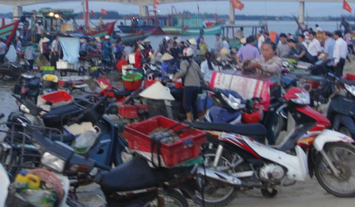 Chủ tịch tỉnh Hà Tĩnh thị sát cảng cá, động viên ngư dân  - ảnh 3