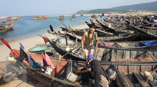 Hà Tĩnh tiếp tục phát hơn 900 tấn gạo cho hơn 10.000 gia đình ngư dân - ảnh 1