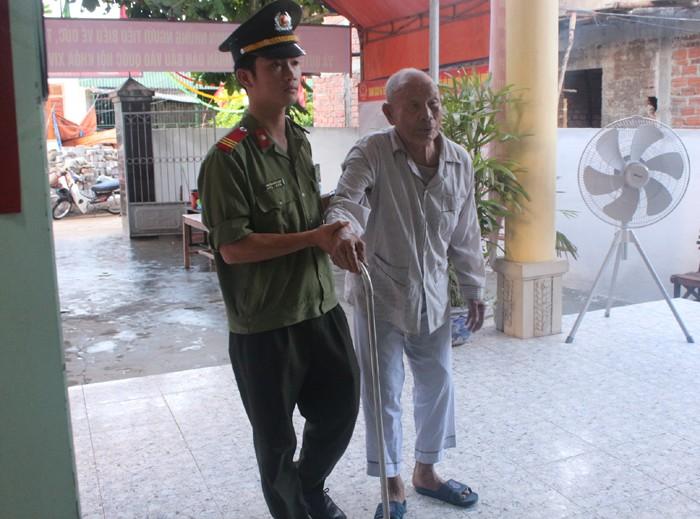 Cử tri dân tộc Chứt được xe đến tận nhà chở đi bầu cử - ảnh 2