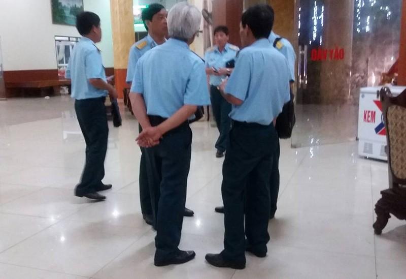 Đông đảo người dân thức đón phi công Trần Quang Khải - ảnh 8
