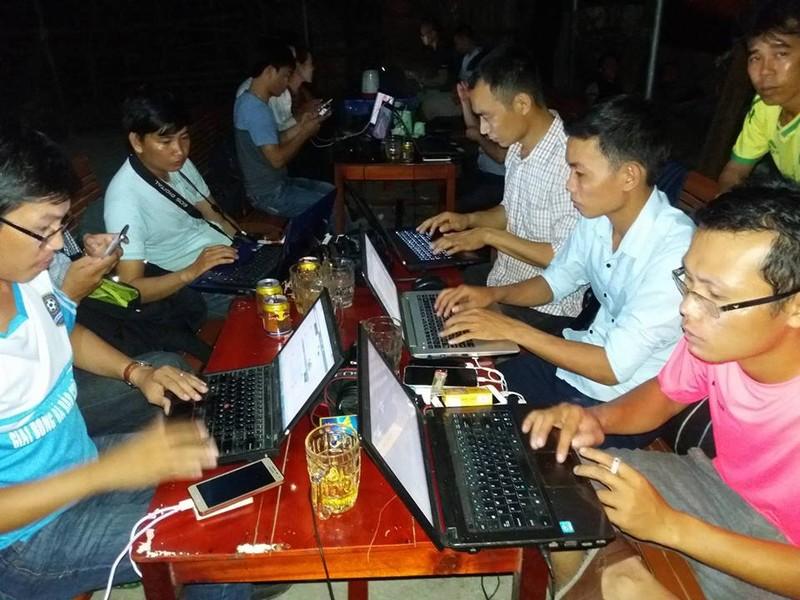 Đông đảo người dân thức đón phi công Trần Quang Khải - ảnh 6