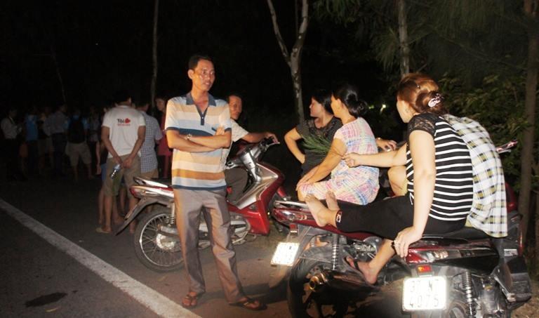 Đông đảo người dân thức đón phi công Trần Quang Khải - ảnh 2