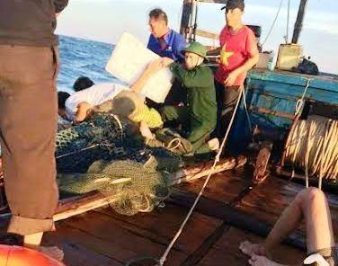 3 ngư dân bị chìm tàu bơi 60 phút trên biển được cứu sống - ảnh 1