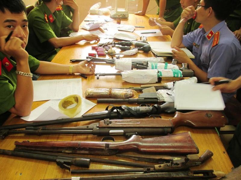 Bắt 'trùm' ma túy trốn truy nã với kho vũ khí súng và lựu đạn  - ảnh 2