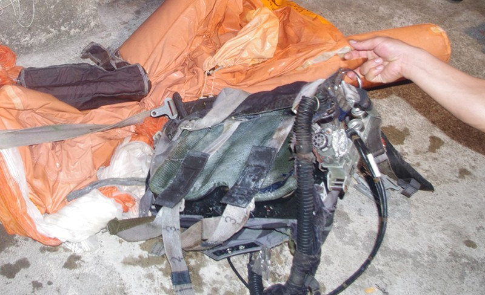 Dù và một số vật dụng, thiết bị được vớt lên cùng thi thể Đại tá phi công Trần Quang Khải, trên vùng biển Nghệ An