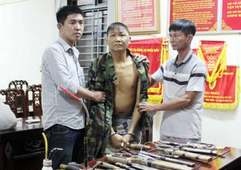 Vi Văn My (đứng giữa) bị công an bắt giữ cùng nhiều tang vật.