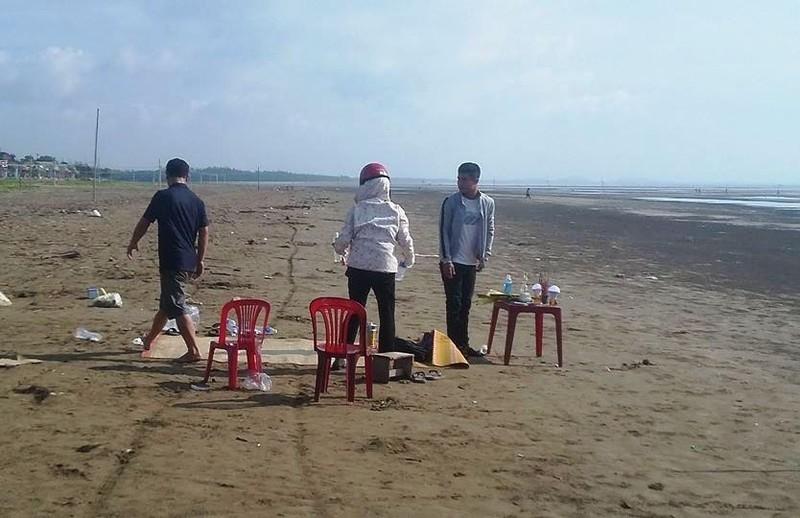 Người thân ra bãi biển lập bàn thờ, cúng khi tìm chị N. mất tích bí ẩn khi tắm biển