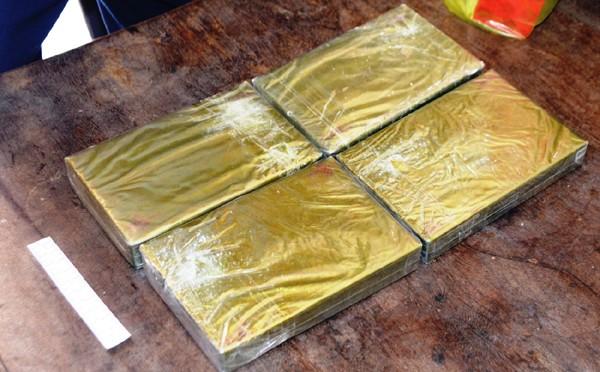 Đóng giả khách du lịch mang 4 bánh heroin từ Lào về Việt Nam - ảnh 2