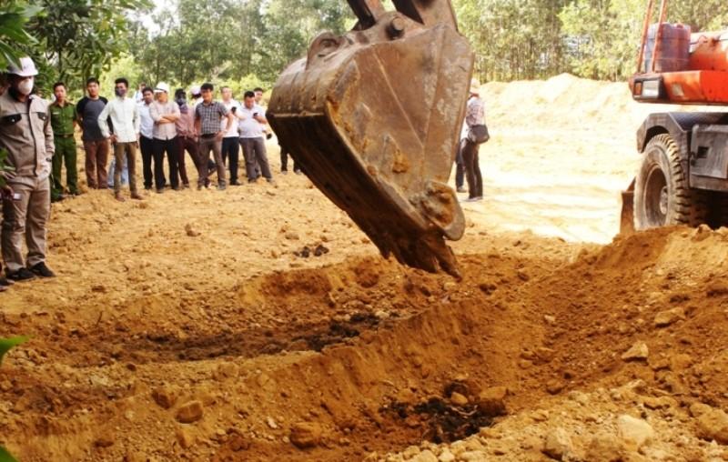 Khai quật 267 tấn chất thải Formosa chôn trong trang trại đưa đi xử lý - ảnh 1