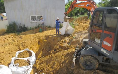 Cất bốc chất thải Formosa Hà Tĩnh chôn vào môi trường ở thị xã Kỳ Anh. Ảnh: Đ.Lam.