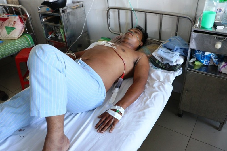 Anh Nguyễn Văn Phước đang được cấp cứu, điều trị tại bệnh viện.