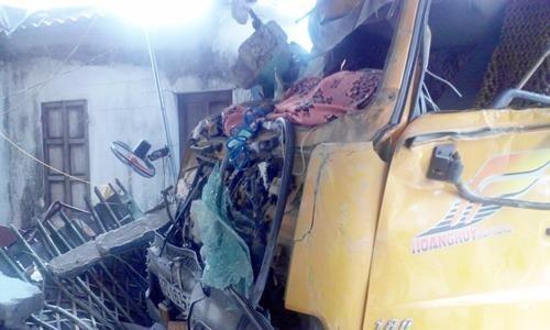 Xe tải bị hư hỏng sau khi đâm sập quán Bún Bò Huế.