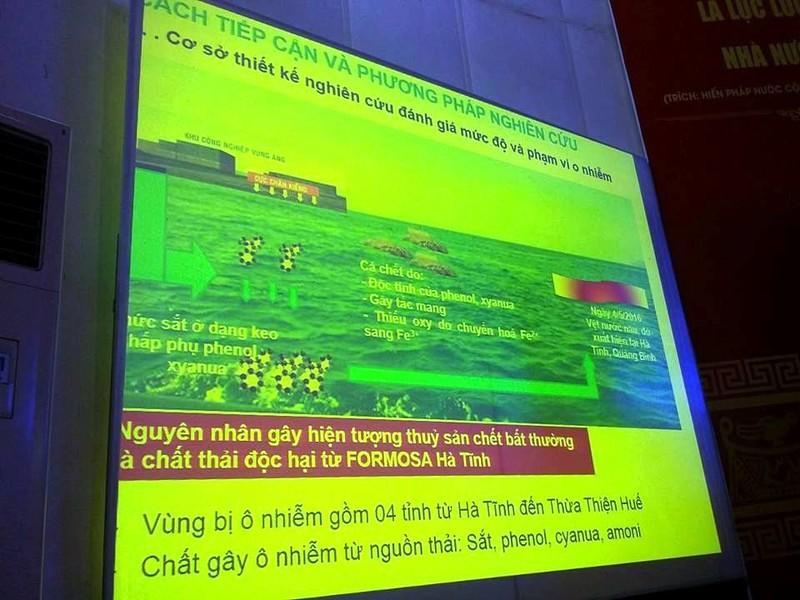 GS-TS Mai Trọng Nhuận đang trình bày nguyên nhân hải sản chết bất thường.
