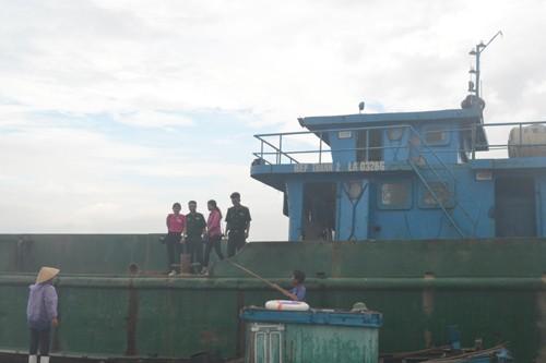 Bắt giữ tàu đổ chất thải xuống khu vực biển Thanh Hóa và Nghệ An - ảnh 1