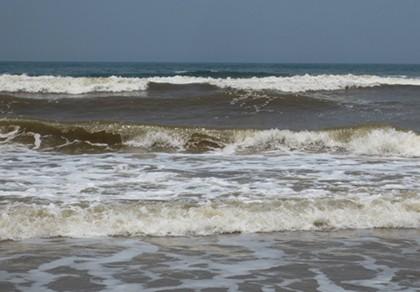 Cứu sống hai cha con gặp nạn trên biển - ảnh 1