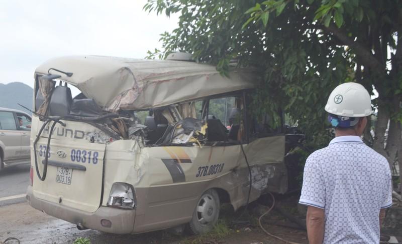 Dân cạy vỏ xe khách cứu 7 người sau vụ tai nạn - ảnh 1