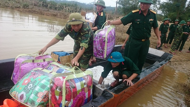 Lực lượng quân đội vào phát quà,, cứu trợ và giúp bà con nhân dân vùng lũ huyện Hương Khê (Hà Tĩnh) dọn vệ sinh, khôi phục sản xuất. Ảnh: Đ.Lam