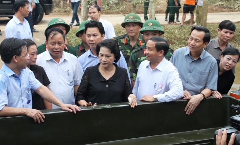 Chủ tịch Quốc hội thăm hỏi, trao quà người dân vùng lũ - ảnh 3