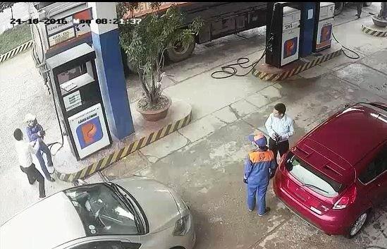 Nam nhân viên ngân hàng đánh cô bán xăng đổ máu  - ảnh 1
