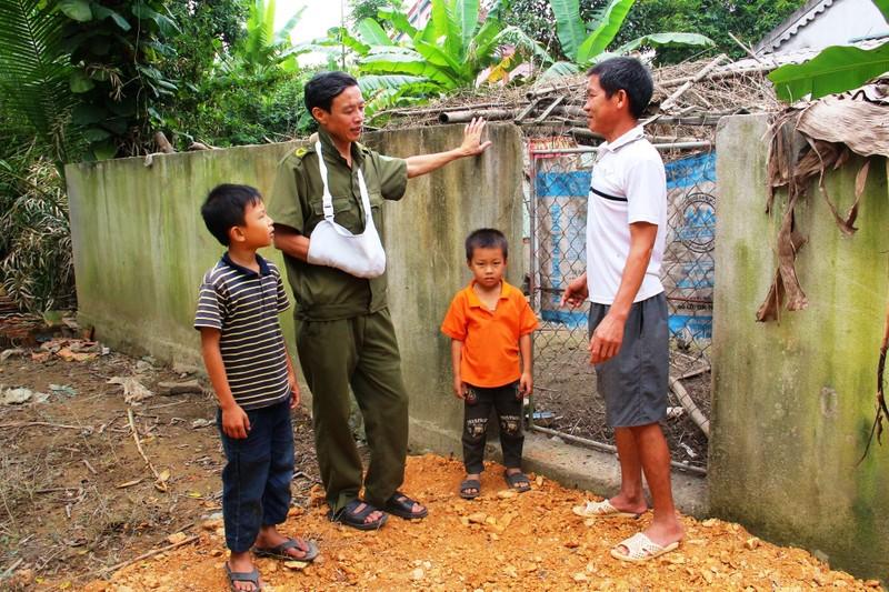 Ông Lê Xuân Toản  (đứng giữa)- Trưởng Công an xã Trung Sơn, tại địa điểm xảy ra vụ án.