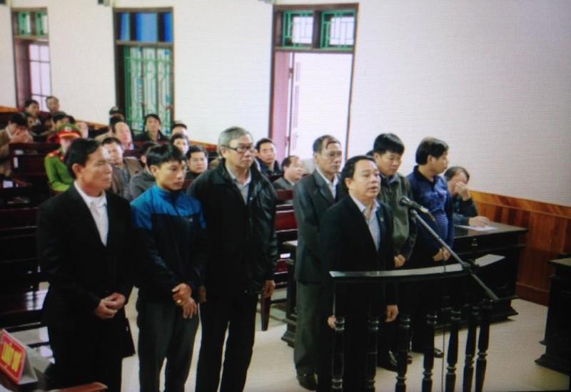 Bị cáo Nguyễn Văn Bổng (đứng hàng đầu) cùng các bị cáo trước vành móng ngựa.