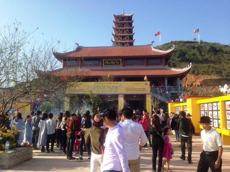 Dòng người đổ về chùa Đại Tuệ, tắc đường nửa ngày - ảnh 1