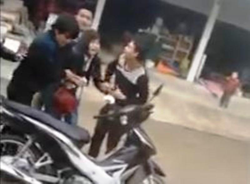 Cô gái la hét, vùng thoát khỏi 4 thanh niên 'cướp vợ' - ảnh 1
