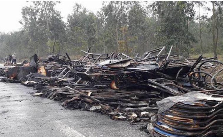 Xe tải cháy rụi trên quốc lộ 1A - ảnh 2