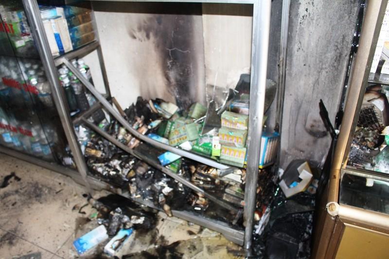 Cảnh sát cứu 4 người trong ngôi nhà 2 tầng đang cháy - ảnh 1