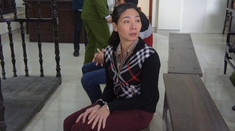 Vũ Thị Thúy Nga quay lại tìm, nhìn người thân sau khi tòa tuyên án.