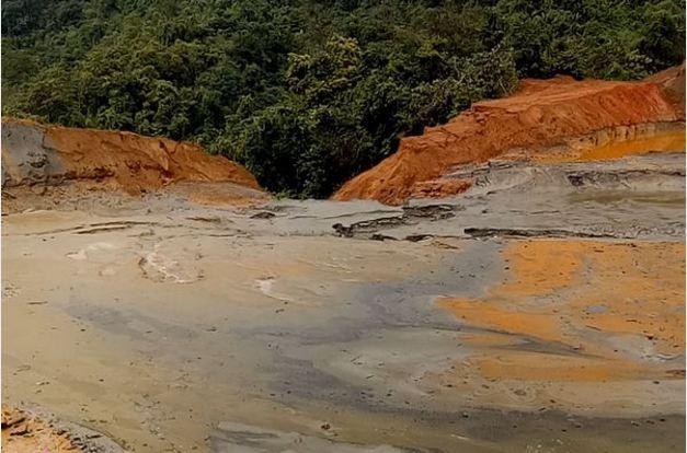 Vỡ đập chứa bùn thải quặng, người dân hoang mang - ảnh 1