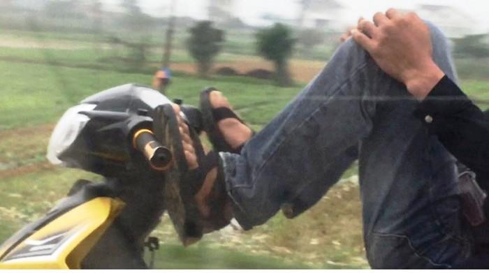 8 người đi xe máy bằng... chân, đánh võng bị triệu tập - ảnh 2