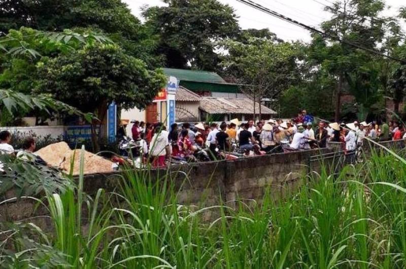 Rất đông phu huynh kéo đến trước trường và UBND xã Thọ Sơn