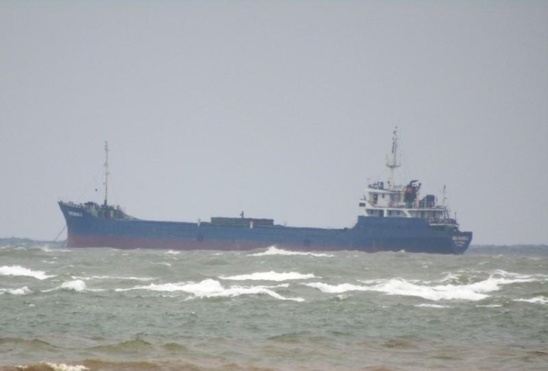 Bão đổ bộ, tàu chở 13 người mất tích trên biển