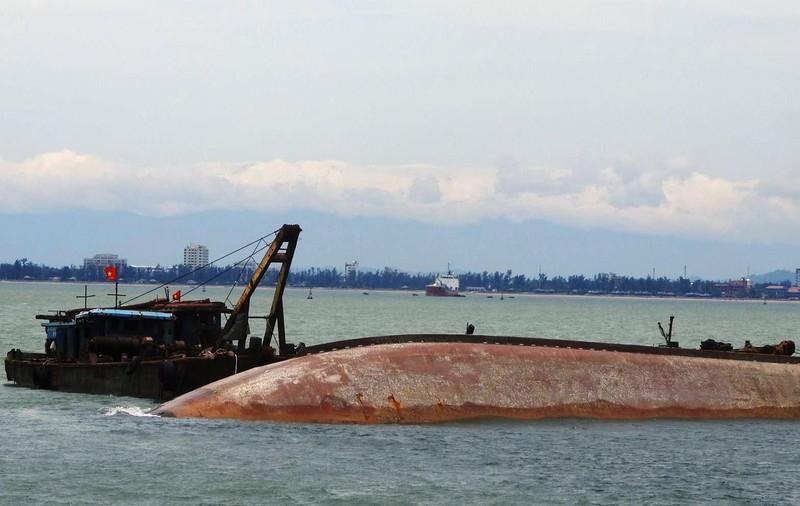 Đang trục vớt tàu 5.100 tấn lật úp, tìm 2 thuyền viên - ảnh 1