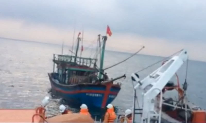 Tàu SAR 411 cứu 9 ngư dân gặp nạn trên biển ở Nghệ An - ảnh 1