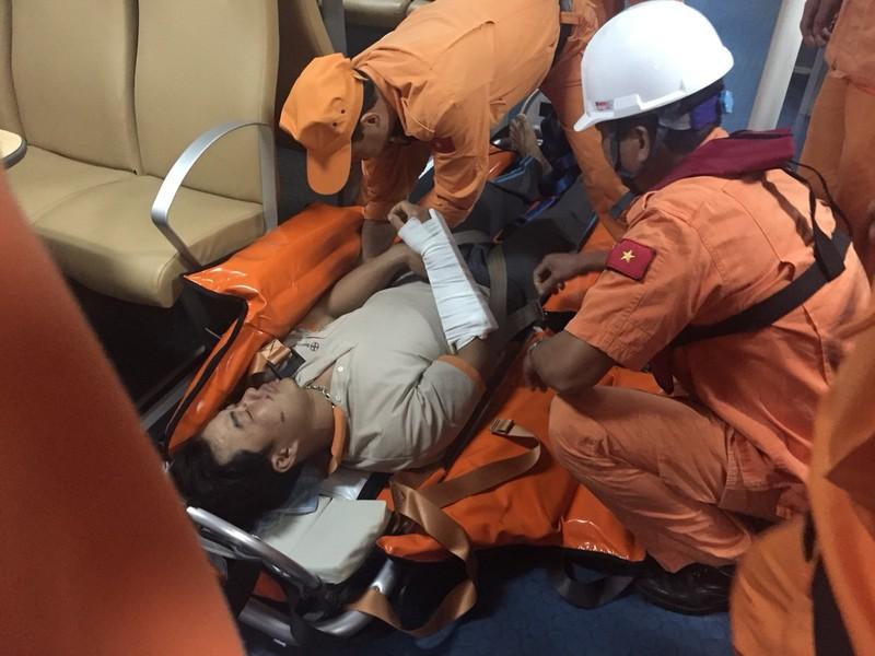 19 ngư dân bị tàu lạ đâm chìm đã về đến đất liền - ảnh 1